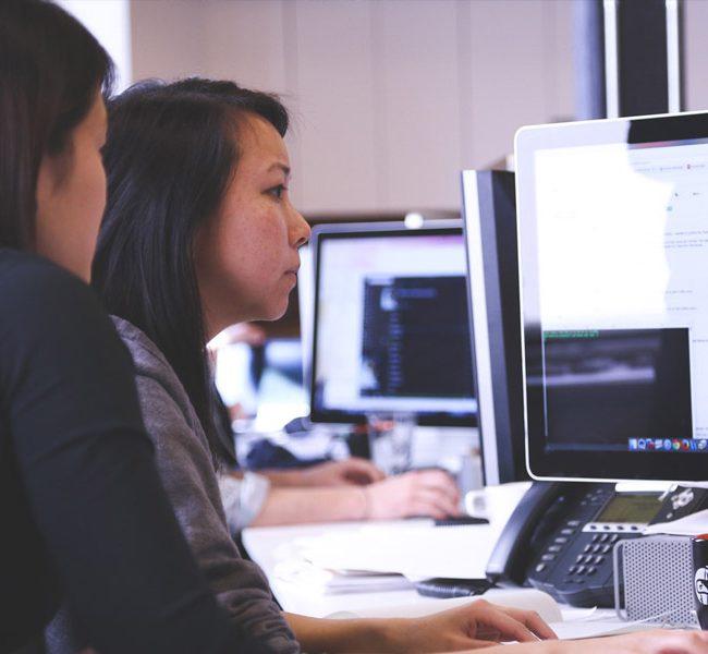 Deux jeunes filles en train de coder