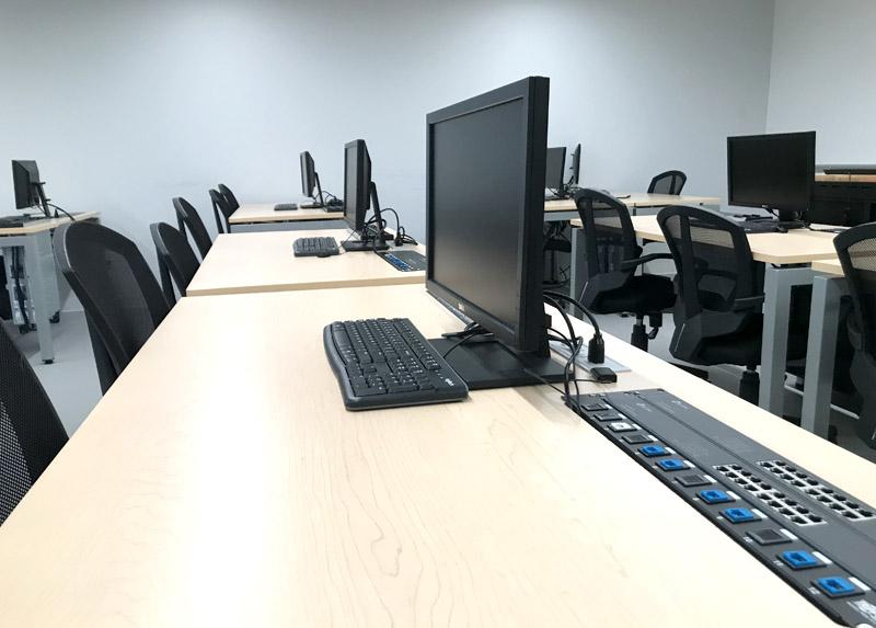 Salles de classe munies de multiples ressources didactiques.